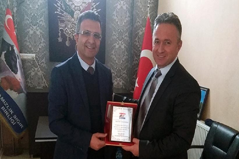Damızlık Birliği'nden Prof.Dr. Bahri Bayram'a teşekkür plaketi