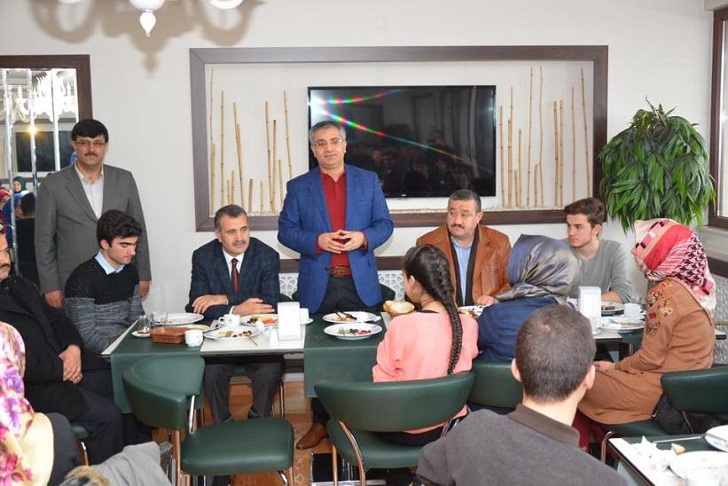 Kelkit Muammer Ve Enver Şahin Anadolu Lisesinin Düzenlediği Kahvaltıya Kaymakam Yavuz Başkan Yılmaz Ve İlçe Milli Eğitim Müdürü Yücel Katıldılar