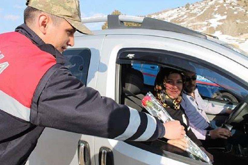 Kelkit İlçe Jandarma Karanfil Dağıttı
