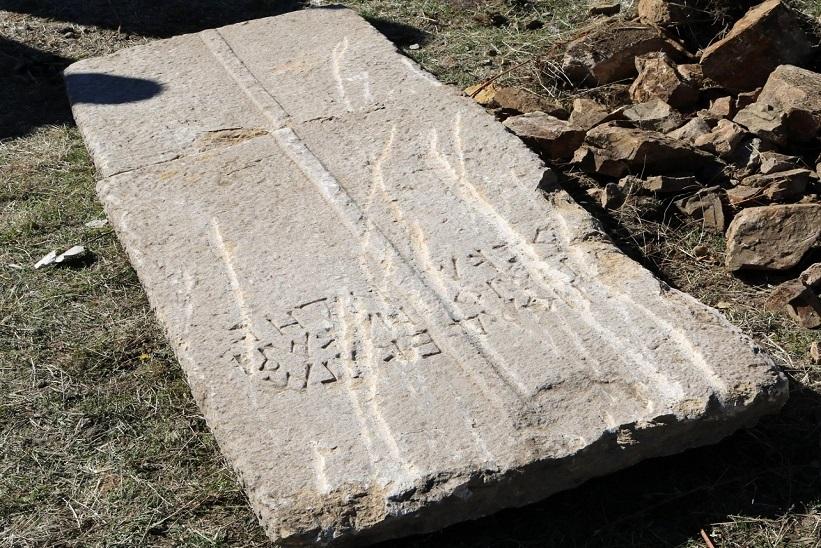 Sadak'ta Bin 600 Yıllık Lahit Kapağı Bulundu