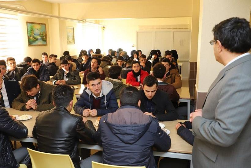 Kaymakam Yavuz Başkan Yılmaz Milli Eğitim Müdürü Yücel Öğrencilerle Kahvaltıda Bir Araya Geldiler